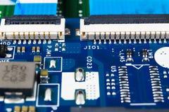 Tiro macro da placa de circuito com microchip dos resistores e componentes eletr?nicos Tecnologia de material inform?tico Sho de  imagens de stock