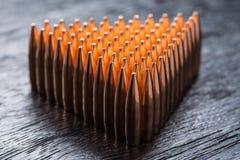 Tiro macro das balas de cobre que estão em muitas fileiras para formar um tri Fotos de Stock Royalty Free