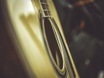 Tiro macro das cordas da guitarra acústica clássica imagens de stock