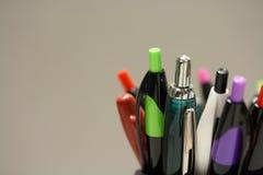 Tiro macro das penas e dos lápis em um ajuste do escritório Fotos de Stock