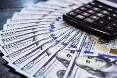 Tiro macro de 100 dólares Los dólares se cierran encima de concepto Dólares americanos de dinero del efectivo Porciones de dinero fotografía de archivo libre de regalías