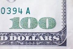 Tiro macro de 100 dólares Pieza cientos billetes de banco del dólar en un fondo blanco Fotografía de archivo libre de regalías