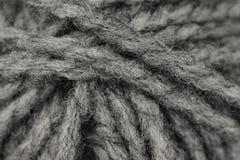 Tiro macro de la bola de lanas o del hilado grises Foto de archivo libre de regalías
