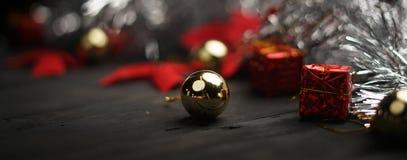 Tiro macro de la chuchería de oro Bandera de la Navidad fotografía de archivo