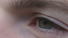 Tiro macro de la esperanza del ojo del hombre almacen de video