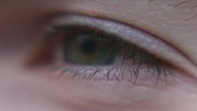 Tiro macro de la esperanza del ojo del hombre metrajes