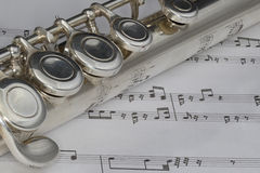Tiro macro de la flauta en partitura Imagen de archivo