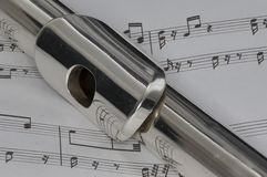 Tiro macro de la flauta en partitura Fotos de archivo libres de regalías