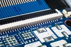 Tiro macro de la placa de circuito con los microchipes de los resistores y los componentes electr?nicos Tecnolog?a del hardware C imagenes de archivo