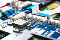 Tiro macro de la placa de circuito con los microchipes de los resistores y los componentes electr?nicos Tecnolog?a del hardware C imágenes de archivo libres de regalías