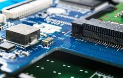 Tiro macro de la placa de circuito con los microchipes de los resistores y los componentes electr?nicos Tecnolog?a del hardware C imagen de archivo