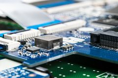 Tiro macro de la placa de circuito con los microchipes de los resistores y los componentes electr?nicos Tecnolog?a del hardware C fotos de archivo libres de regalías