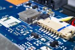 Tiro macro de la placa de circuito con los microchipes de los resistores y los componentes electr?nicos Tecnolog?a del hardware C foto de archivo