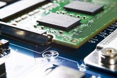 Tiro macro de la placa de circuito con los microchipes de los resistores y los componentes electr?nicos Tecnolog?a del hardware C fotografía de archivo libre de regalías