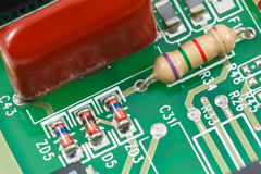 Tiro macro de la placa de circuito impresa (PWB) con los resistores, diodos Imagenes de archivo