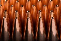 Tiro macro de las balas de cobre que están en muchas filas Imágenes de archivo libres de regalías