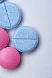 Tiro macro de las píldoras azules y rosadas de la medicina Fotografía de archivo