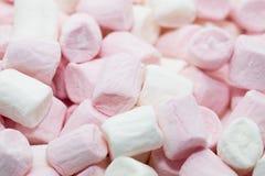 Tiro macro de melcochas rosadas y blancas Foto de archivo libre de regalías