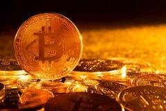 Tiro macro de moedas de Bitcoin do ouro imagem de stock
