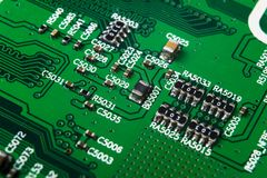 Tiro macro de um Circuitboard com microchip dos resistores e componentes eletrônicos Tecnologia de material informático Communi i fotos de stock