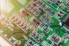 Tiro macro de um Circuitboard com microchip dos resistores e componentes eletrônicos Tecnologia de material informático Communi i fotos de stock royalty free