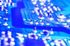 Tiro macro de um Circuitboard com microchip dos resistores e componentes eletrônicos Tecnologia de material informático Communi i imagens de stock royalty free