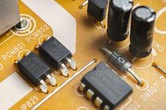 Tiro macro de um Circuitboard com microchip dos resistores e componentes eletrônicos Tecnologia de material informático Communi i foto de stock