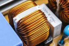 Tiro macro de um Circuitboard com microchip dos resistores e componentes eletrônicos Tecnologia de material informático Communi i imagem de stock royalty free