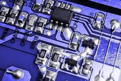Tiro macro de um Circuitboard com microchip dos resistores e componentes eletrônicos Tecnologia de material informático Communi i fotografia de stock royalty free