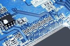 Tiro macro de um Circuitboard com microchip dos resistores e componentes eletrônicos Tecnologia de material informático Communi i foto de stock royalty free