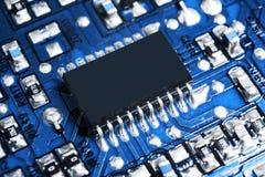 Tiro macro de um Circuitboard com microchip dos resistores e componentes eletrônicos Tecnologia de material informático Communi i fotografia de stock