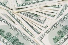Tiro macro de um tapete desarrumado de 100 notas do dinheiro de US$ Imagem de Stock Royalty Free