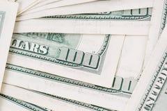 Tiro macro de um tapete desarrumado de 100 notas do dinheiro de US$ Foto de Stock