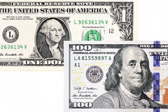 Tiro macro de umas 100 notas de dólar nova e de um dólar Fotos de Stock Royalty Free