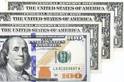 Tiro macro de umas 100 notas de dólar nova e de um dólar Imagens de Stock