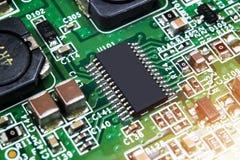 Tiro macro de un Circuitboard con los microchipes de los resistores y los componentes electrónicos Tecnología del hardware Commun fotografía de archivo libre de regalías