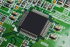 Tiro macro de un Circuitboard con los microchipes de los resistores y los componentes electrónicos Tecnología del hardware Commun imágenes de archivo libres de regalías