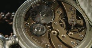 Tiro macro de un reloj de bolsillo del vintage almacen de metraje de vídeo