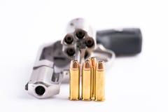 Tiro macro de un revólver abierto y de balas Fotografía de archivo