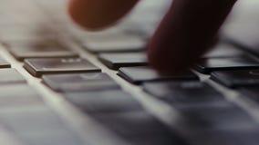 Tiro macro de una persona que mecanografía en su teclado metrajes