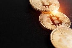 Tiro macro del bitcoin de oro en el fondo negro Dinero virtual Foto de archivo
