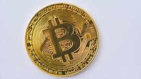 Tiro macro del bitcoin de oro que gira en el fondo blanco 4K metrajes
