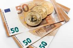 Tiro macro del bitcoin y del billete de banco de oro del euro Dinero virtual Bitcoin del intercambio para un euro Fotos de archivo libres de regalías