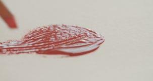 Tiro macro del cepillo con la pintura roja en lona metrajes