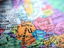 Tiro macro del foco de Berlin Germany en el mapa del globo para los blogs del viaje, los medios sociales, las banderas del sitio  fotografía de archivo
