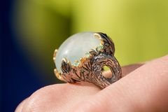 Tiro macro do anel de noivado de prata no fundo colorido, efervescente Imagem de Stock Royalty Free