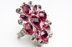 Tiro macro do anel rubby falsificado no branco. Imagens de Stock Royalty Free