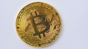 Tiro macro do bitcoin dourado que gira no fundo branco 4K filme