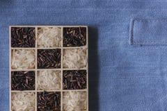 Tiro macro do close up seco preto e branco selvagem do arroz na calças de ganga Fotografia de Stock Royalty Free