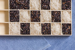 Tiro macro do close up seco preto e branco selvagem do arroz na calças de ganga Fotografia de Stock